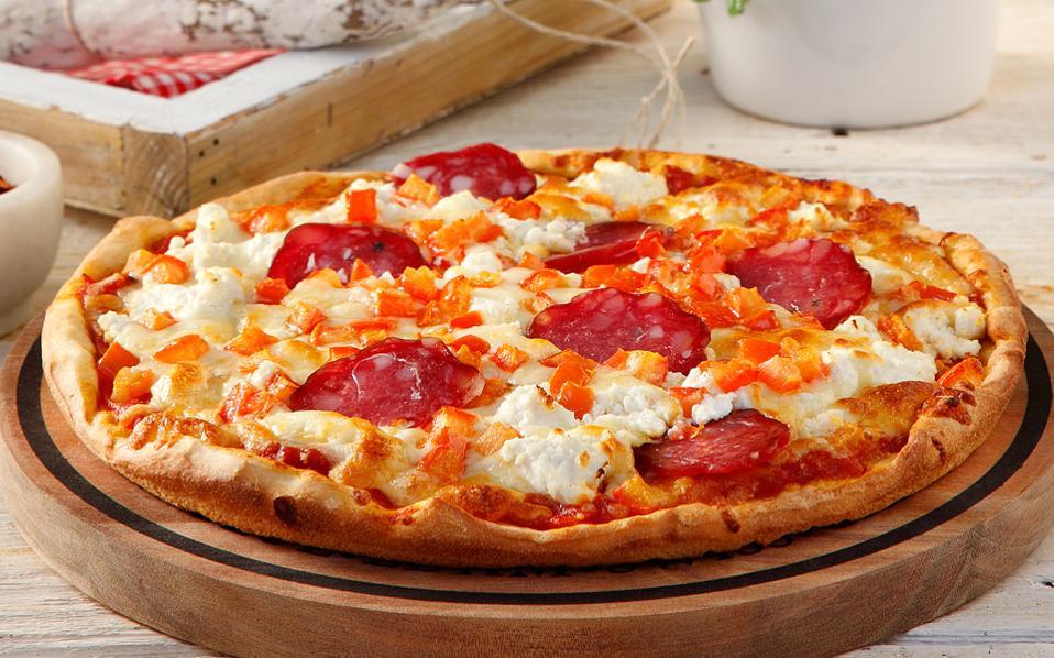 elliniki_pizza_ntomata_ksinotyri_kai_salami
